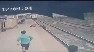 Rescate in extremis de un niño en una estación de tren de La India