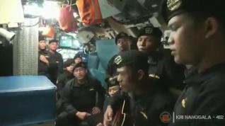 Un vídeo de los marineros del submarino hundido cantando emociona a Indonesia