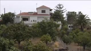 La Guardia Civil busca con perros pistas en la vivienda del padre de Anna y Olivia en Tenerife
