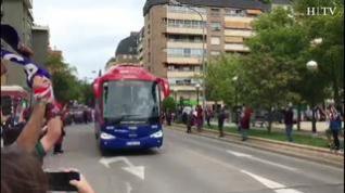 La afición de la SD Huesca se vuelca con su equipo a su llegada a El Alcoraz