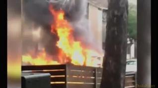 Dos policías salvan la vida a un hombre cuando su coche ardía en llamas