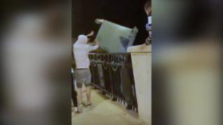 Adolescentes lanzando un contenedor desde el viaducto de Teruel