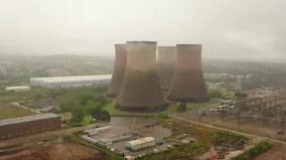 Espectacular demolición de 4 torres de una antigua estación eléctrica en el Inglaterra