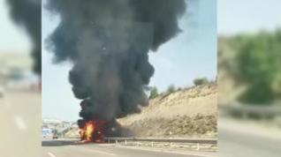 Aparatoso incendio de una furgoneta en la Z-40, en Zaragoza