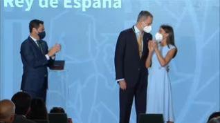 El Rey recibe con emoción la Medalla de Honor de Andalucía de manos del presidente de la Junta