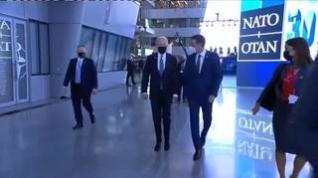 El breve primer encuentro de Sánchez y Biden: un paseo de solo 30 segundos