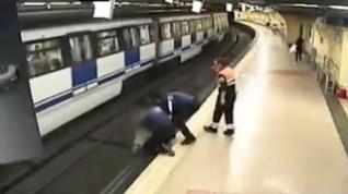 Dos policías salvan 'in extremis' a una mujer que iba a arrojarse al metro en Madrid