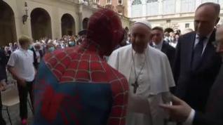 El Papa recibe la visita sorpresa de Spiderman en su audiencia semanal
