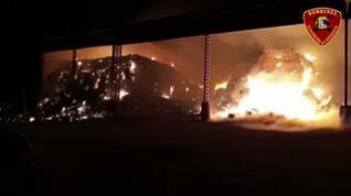 Los bomberos continúan trabajando en el incendio de las naves de la cooperativa de Tauste