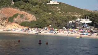 ¿Dormiría usted en la playa para coger sitio? En Jávea, algunos sí