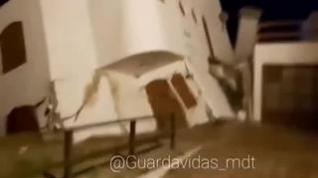 Espectacular derrumbe de una casa en una playa de Argentina por el aumento del nivel del mar