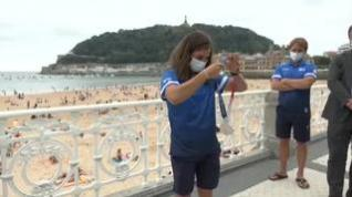 Maialen Chourraut ofrece su medalla a las orillas de La Concha