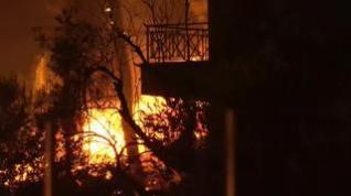 El fuego azota descontrolado Grecia destruyendo bosques y casas durante 12 días consecutivos