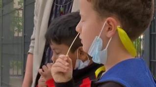 Los alumnos de un colegio de Berlín se hacen ellos mismos la prueba de antígenos