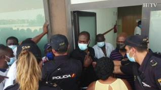 Cientos de ghaneses se agolpan en la Estación Delicias para actualizar su pasaporte