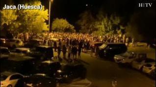Decenas de personas se reúnen para hacer botellón en Jaca