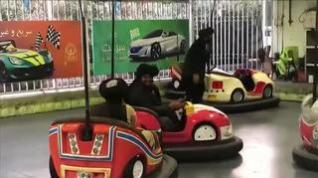 Inusual imagen de un grupo de talibanes disfrutando en un parque de atracciones de Kabul