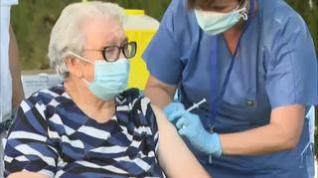 Josefa, la primera anciana vacunada con dosis de refuerzo