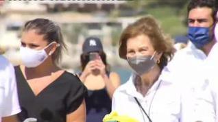 La reina Sofía acude a la limpieza de basura en la playa de la Almadraba