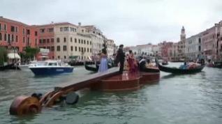 Un violín gigante recorre los canales de Venecia en homenaje a las víctimas de la covid-19
