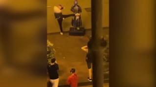 Momento del acto vandálico contra la escultura en homenaje a Goya de la calle Alfonso