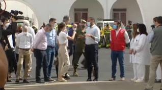 Los Reyes escuchan en La Palma los testimonios de algunos evacuados por la erupción del volcán