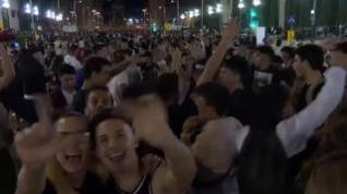 Miles de jóvenes celebran con un macrobotellón las fiestas de La Mercé en Barcelona