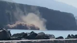 Los derrumbamientos en la costa presagian cómo sería la llegada de la lava al mar