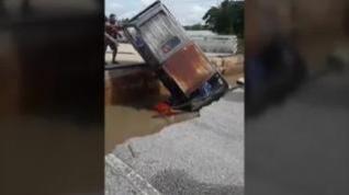 Muere una mujer en Tailandia al derrumbarse el puente por el que circulaba