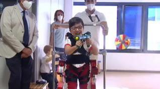 Un exoesqueleto permite moverse a niños con problemas de movilidad