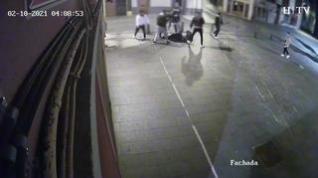 Cámara de seguridad graba mientras dan una paliza a un militar en Jaca