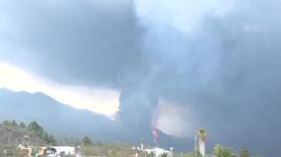 Una densa nube de humo hace que parezca de noche en La Palma