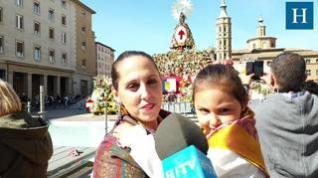 Cientos de zaragozanos se acercan a la plaza del Pilar para ver a la Virgen con su manto de flores