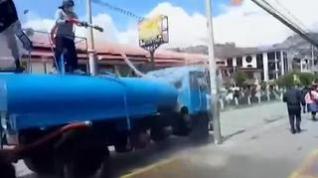 La policía peruana desaloja a vendedores ambulantes a manguerazos