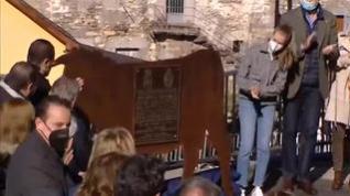 La princesa de Asturias descubre la placa del Pueblo Ejemplar 2021