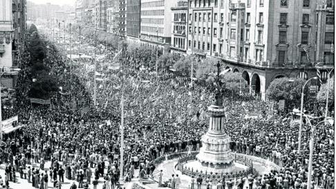 Histórica manifestación del 23 de abril de 1978, en la que más de cien mil aragoneses reafirmaron su vocación autonomista. Uno de los momentos más emotivos se vivió cuando se izó la bandera de Aragón junto a la estatua del Justicia.