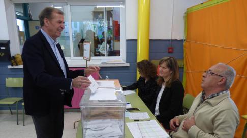 El candidato al Senado del PSOE por Huesca, Antonio Cosculluela, votando esta mañana en el colegio electoral del CP La Merced de Barbastro.