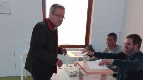 Ignaciu Urquizu, diputado socialista al congreso en esta legislatura, presidiendo una mesa en Alcañiz