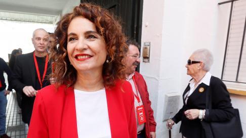 La ministra María Jesús Montero ha ejercido su derecho al voto este domingo en Sevilla.