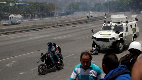 Una tanqueta arrolla a manifestantes en Venezuela.