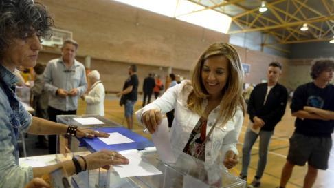 Ana Alós ha votado en el colegio Pedro I de Huesca.