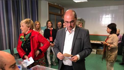 Javier Lambán votando en su colegio electoral en Ejea de los Caballeros.
