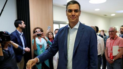 Pedro Sánchez vota en su colegio de Pozuelo de Alarcón.