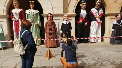 Los niños se fotografían con los gigantes en la plaza de San Juan de Teruel para celebrar el Día de Aragón.