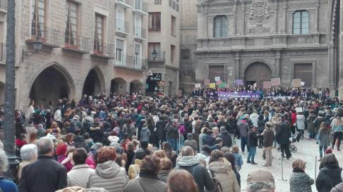 Concentracion en la plaza de España de Alcañiz.