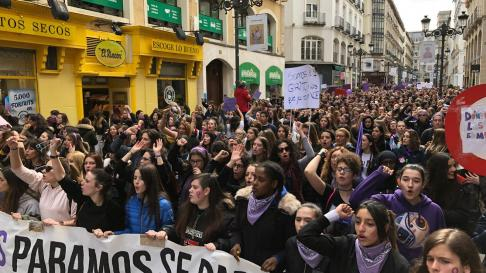 Las manifestantes se acercan por la calle Alfonso a su destino: la plaza del Pilar.
