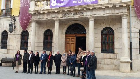 Concentración institucional ante el Ayuntamiento de Teruelpor el Día de la Mujer.