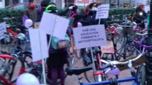 Sobre las 7.00 , se ha preparado un bicipiquete que partirá desde la plaza de los Sitios para informar de las reivindicaciones y exigencias de la huelga feminista.