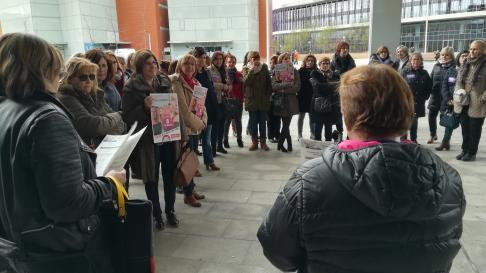 Más de medio centenar de funcionarias se han concentrado a las 11.30 en la puerta del edificio Fueros de Aragón de la Ciudad de la Justicia para apoyar la huelga feminista del 8-M.