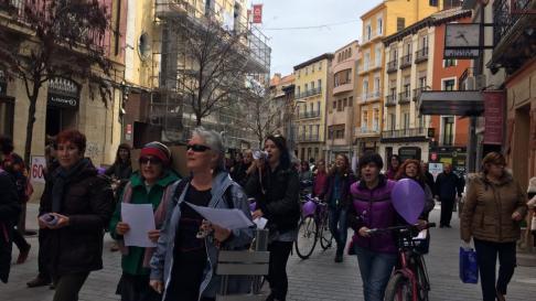 Marcha feminista desde El Barrio del Perpetuo Socorro a Correos, en Huesca, donde se formará una cadena humana